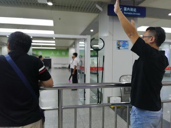 南苑机场关闭前的一夜,等待飞机降落的人们。