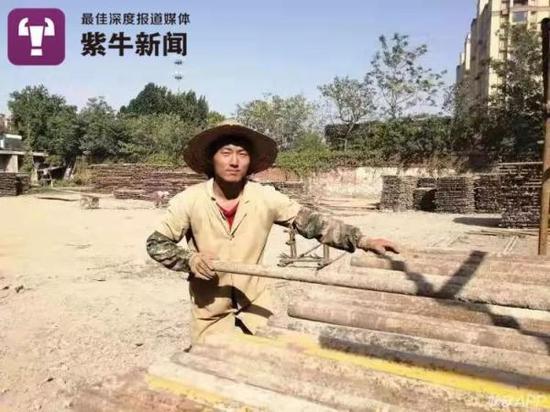 哥哥李国平在脚手架厂辛苦地工作