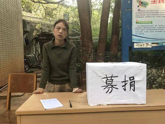8日下午案发小区自发组织募捐 澎湃新闻记者 蒋格伟 图