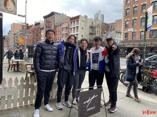 不久前,程琦果(左一)与朋友在纽约街头的合影