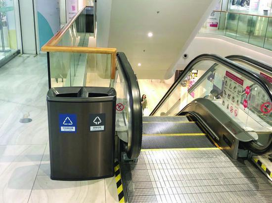 上图:商场里分类桶设置到位,但垃圾还是混投的 张可 摄