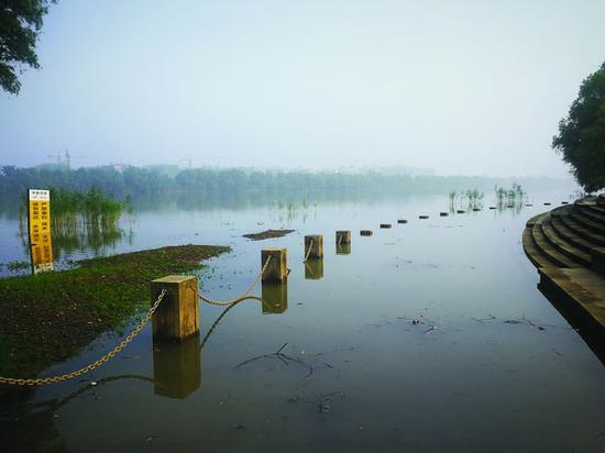 江苏省发布今年首次洪水预警 长江夹江水位漫过亲水步行道