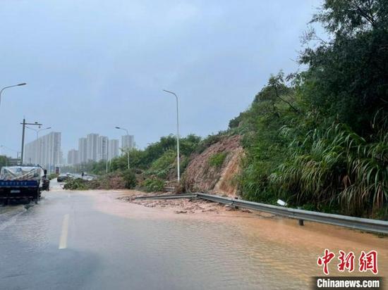 因台风奉化一隧道附近发生塌方:通车受阻,面积约两千平方米
