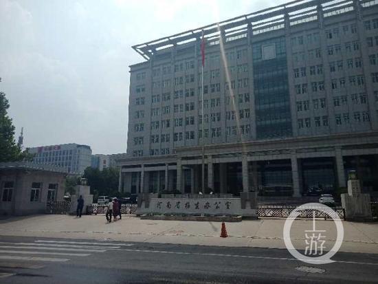 四名考生家长走进河南省招生办公室反映问题。