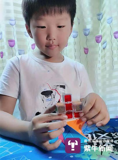 刘怡昊刚开始跟着姐姐玩魔方