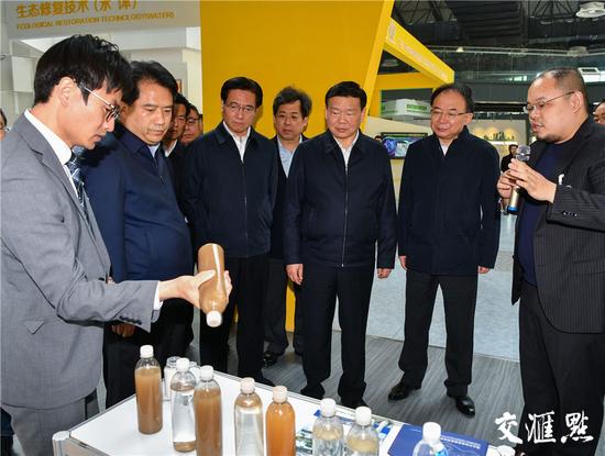 图为娄勤俭一行在宜兴国际环保展示中心了解当地环保产业情况。