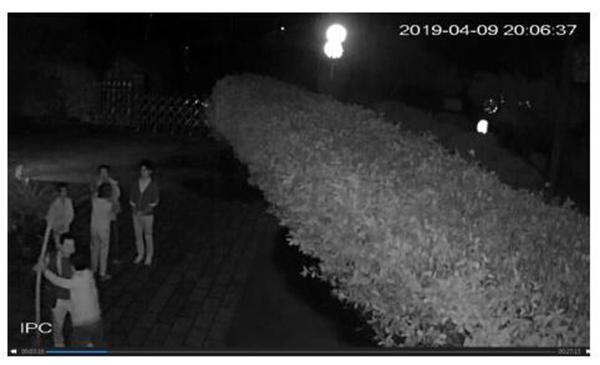 4月9日晚,沙求生等4人进入杨保林家中。监控视频截图