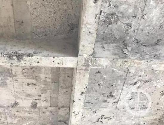 ▲在冷库随处可见混凝土爆点。摄影/上游新闻记者 时婷婷