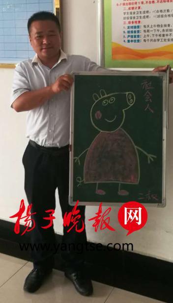 """卓辉手拿着孩子们喜欢的""""社会人""""漫画"""