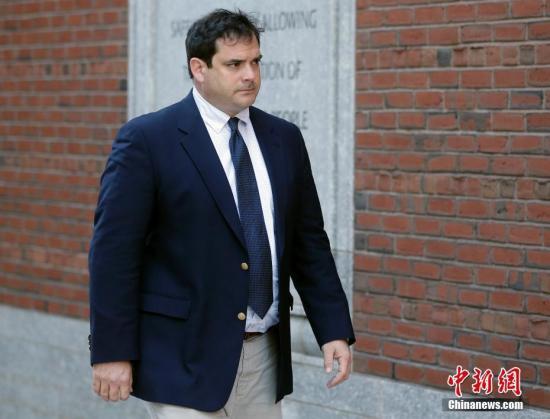 图为涉大学招生舞弊案的斯坦福大学前帆船教练约翰·范德莫尔抵达波士顿联邦法院。