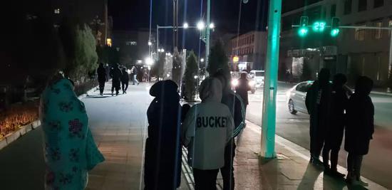 10月28日凌晨,地震发生后,夏河县群众在街头避险(手机拍摄)。 新华社 发 李琦 摄