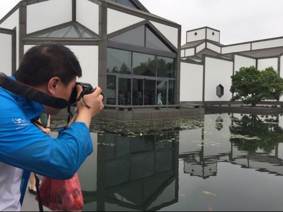游客徜徉于苏州博物馆新馆,留下光影一刻。
