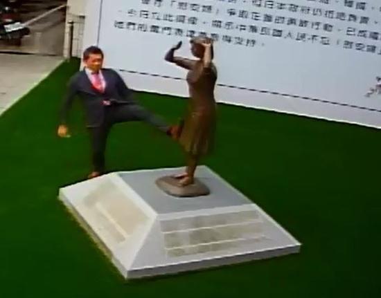 """藤井实彦脚踹台南""""慰安妇""""铜像。(图片来源:台湾""""东森新闻云"""")"""