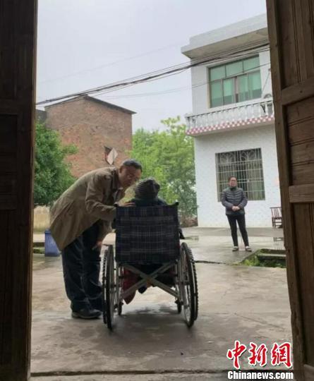 侵华日军南京大屠杀遇难同胞纪念馆馆长探望慰问老人。