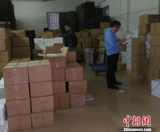 """执法人员在仓库发现大量非法出版物。湖北省""""扫黄打非""""办公室供图"""