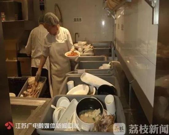 但是执法人员发现,所谓清洗消毒后的餐具竟然上面全是油。