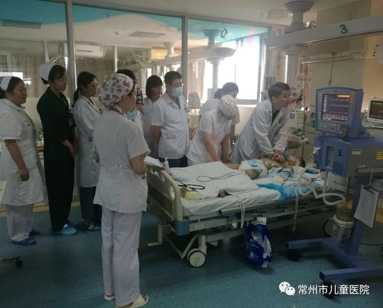 为救治这位8岁男孩,医护人员轮流按压。