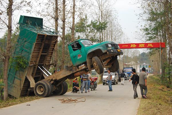 2010年10月17日,湖南常德汉寿县的一乡村公路上,一辆货车因超载导致事故。视觉中国 资料图