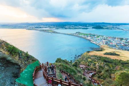 在国家旅游局发布赴韩旅游提示后,市民赴韩旅游热情锐减,各航空公司根据市场情况对韩国航班作出相应调整。