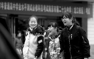 考生结伴走出考场,显得很轻松 现代快报/ZAKER南京记者赵杰摄