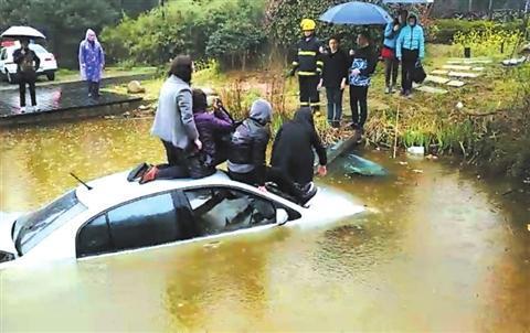 南京一女司机开车车冲进水塘,场面十分惊险!