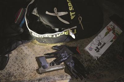 歹徒在网上购买的枪支子弹、人皮面具和烟雾弹等作案工具