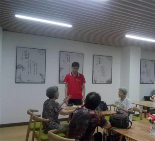 养老中心段主任在和老人们沟通。