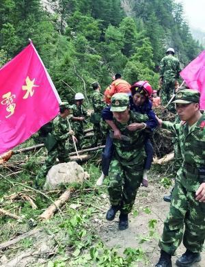 8月9日,武警水电救援人员转移受灾群众