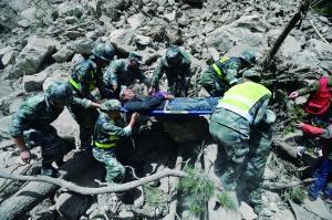 9日,一名重伤员被送出塌方地段 CFP供图