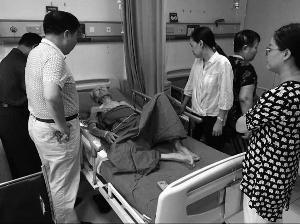 虹桥街道办事处副主任刘晓丽等领导到医院看望老人 通讯员供图