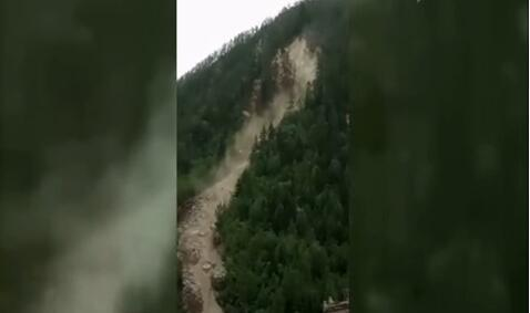 江苏省地震局在九寨沟甲蕃古城附近遇到山体滑坡