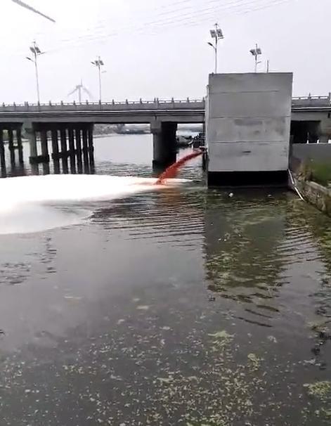 """南通本地人流传的""""如东洋口化工厂正在排污""""的视频截图"""