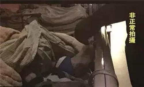 只要是老人意识不算清醒。护工就会把老人的手绑在床边的扶手上。