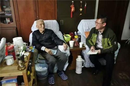张玉华老将军和记者的合影
