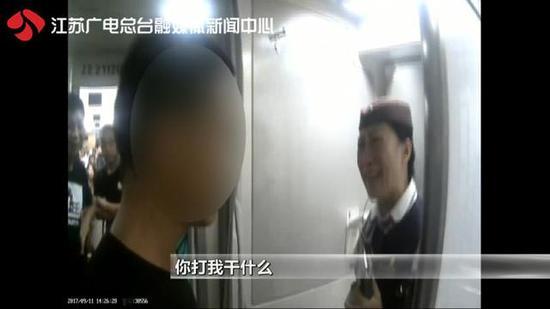 男子动车上抽烟被发现后殴打乘务员叫嚣:我厉害你也厉害