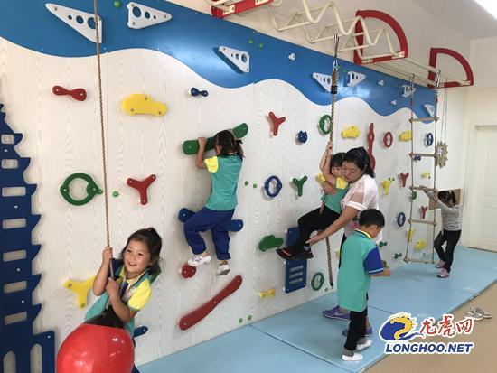 金地明悦幼儿园孩子们丰富的室内体育活动
