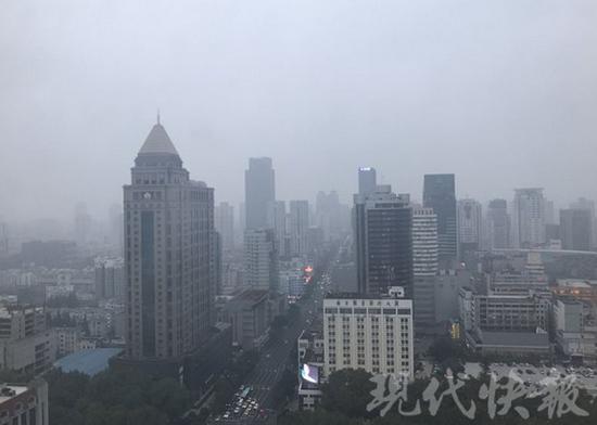 △ 10 日的南京城灰蒙蒙的,能见度低,即将迎来新一轮降雨降温