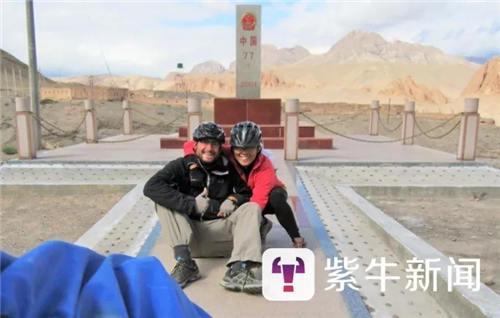 【这一天他们到达了中国边境。当看到中国界碑的时候,欣喜若狂。】