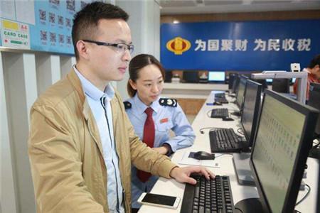 近日,江阴国地税联合办税厅启用。图为纳税人在自助办税区,体验国地税联合自助办税新功能。(吕伟摄)