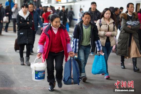 资料图:春运返乡的人群。中新社记者泱波摄