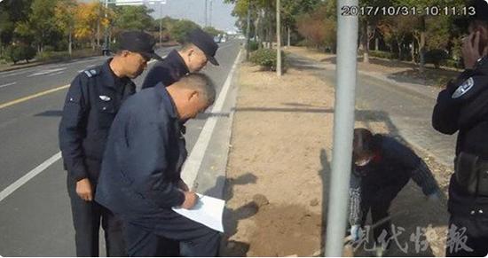 △ 图为民警在事发地进行调查。