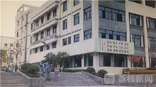 """南京市大厂高级中学副校长张鑫告诉记者:""""固定行进路线,固定厕所,固定饮水机,如果人数比较多的,送饭,刚才你们也看到了。"""""""