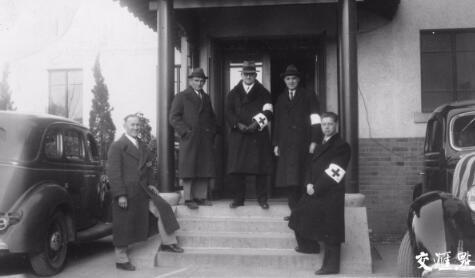 1937年,南京安全区国际委员会成员合影。右二为约翰·马吉,中为约翰·拉贝
