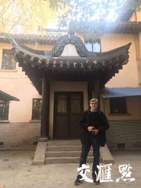 克里斯·马吉在宁海路5号原南京安全区国际委员会总部旧址留影