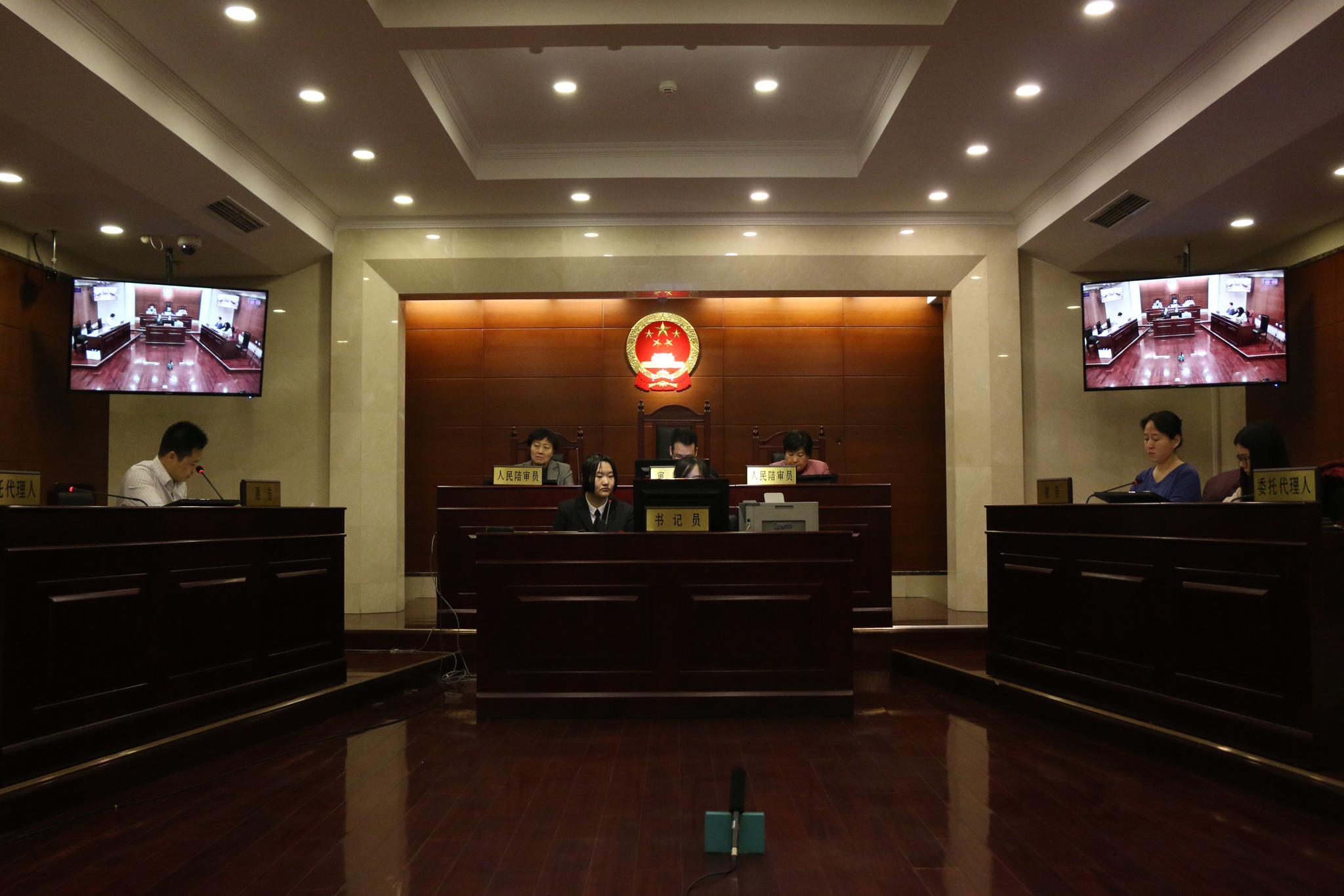 北京万达足球俱乐部有限公司诉18岁足球小将王振澳及其父违约案今上午于朝阳法院开庭。实习生 陈婉婷 摄