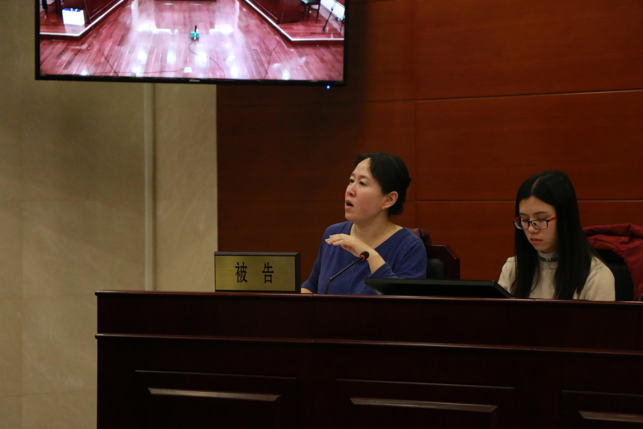 被告代理律师对原告代理律师当庭补充提交证据的真实性、合法性、关键性及证明目的发表意见。实习生 陈婉婷 摄