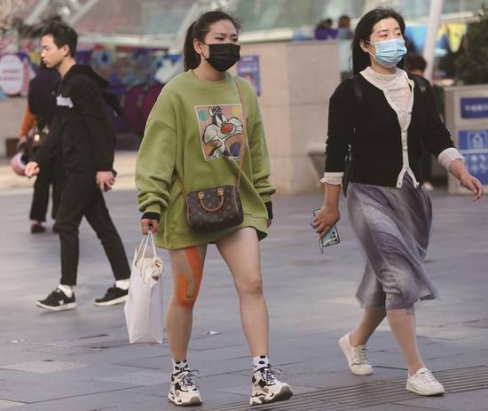昨日,南京街头一些市民换上了短裙薄衣。