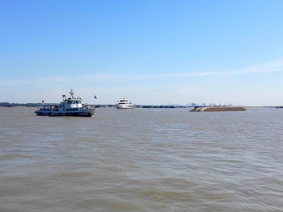 图为镇江水上搜救中心海巡艇在现场搜寻落水失踪人员