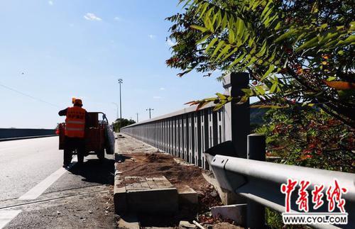 10月1日午后的北京平谷,路桥养护工人正在清理施工的余料。范冬宁/摄