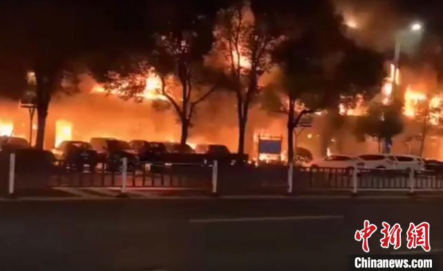 常州一商业街店铺起火 致2死5伤整栋楼面目全非